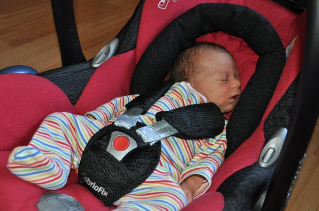 how to keep newborn warm in car seat